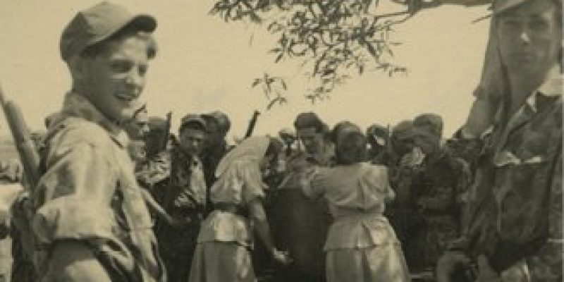 Foto 3 Dames van de Welfare delen koffie, limonade en sigaretten uit aan militairen, na afloop van een actie. 1947 (bron Beeldbank NIMH)