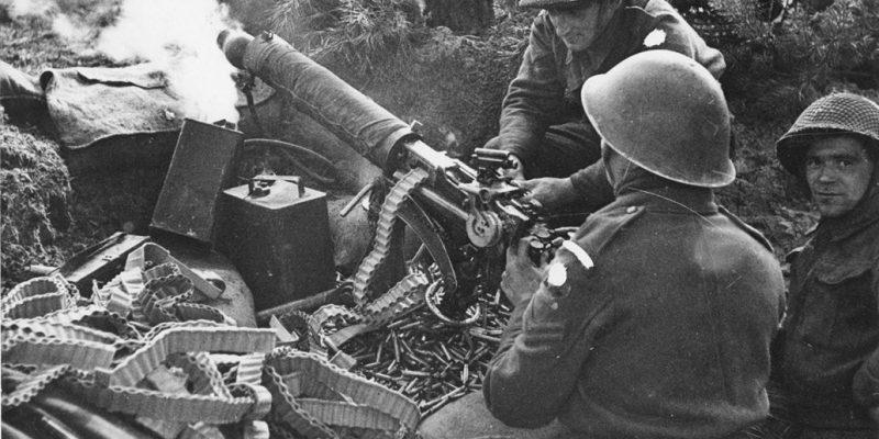 Afbeelding 1: Britse troepen in Overloon gebruiken een Vickers machinegeweer voor indirect vuur. Let, naast de grote hoeveelheid hulzen en munitiekisten ook op de hoek van het vizier ten opzichte van het Machinegeweer. 'Vintage Saturday: Indirect Fire,' Forgotten Weapons, laatst bewerkt op 25 mei 2013, https://www.forgottenweapons.com/vintage-saturday-indirect-fire/
