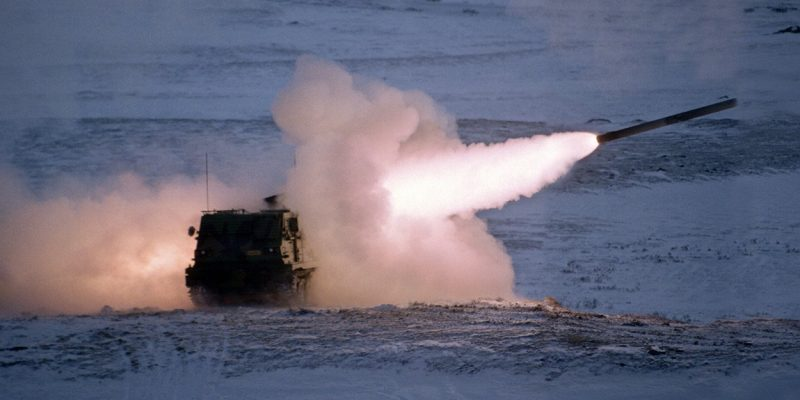 Photo: Forsvarets mediearkiv. Live firing with a Norwegian M270 MLRS at the Hjerkinn firing range in 1998.